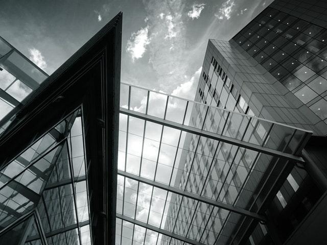 Pohľad zdola na sklenený prístrešok.jpg