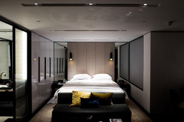 Moderne zariadená spálňa.jpg