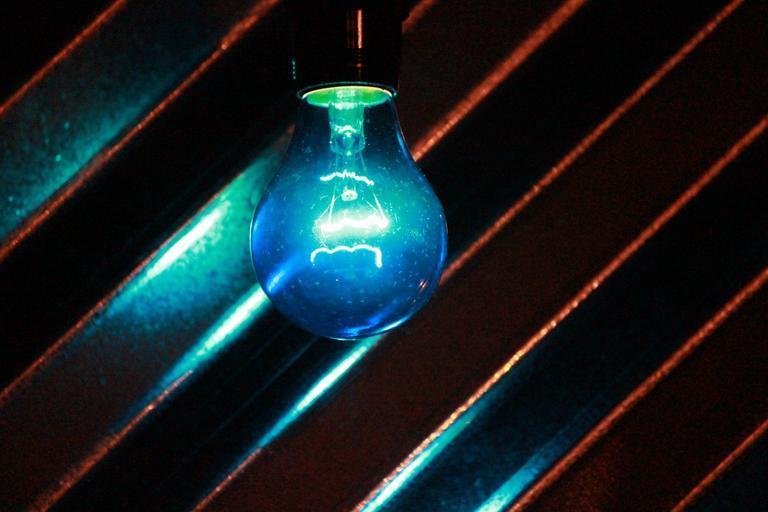 Zavesená žiarovka svieti domodra.jpg