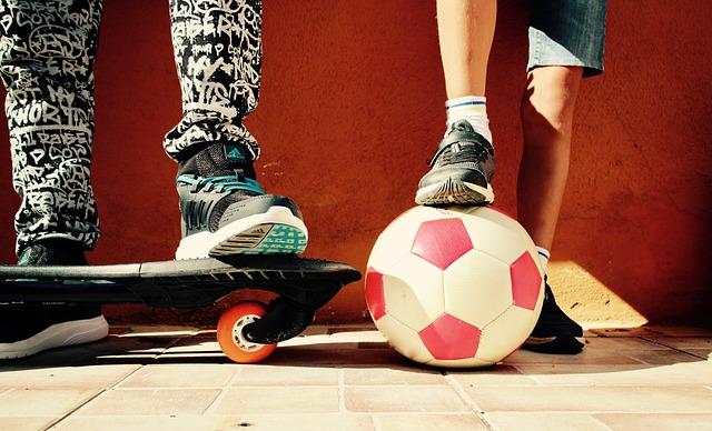 Deti so skateboardom a loptou.jpg