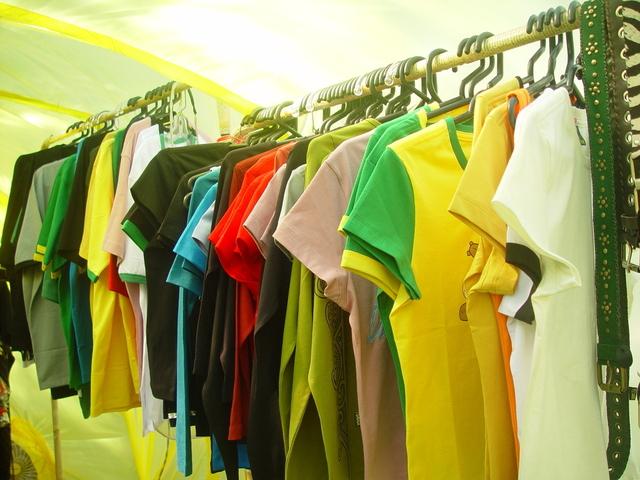Vešiaky, tričká, obchod
