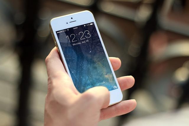 mobil v ruke.jpg